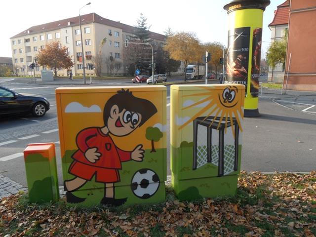 Rückseite: Fußball spielender Junge