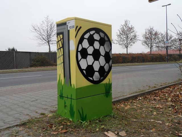 Rückseite: Fußball fliegt Richtung Tor