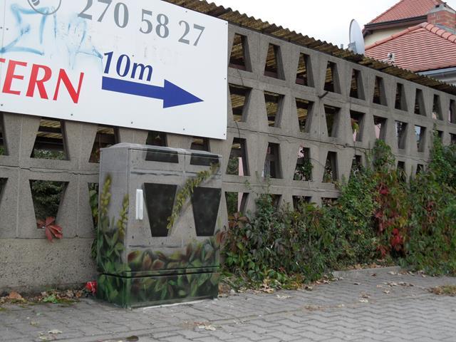 Mauerwerk mit trapetzförmigen Ausschnitten