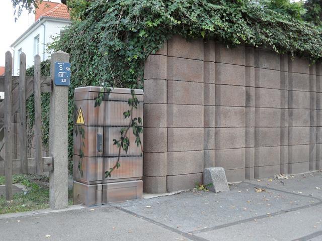 Bildliche Verlängerung der Hohlziegelmauer