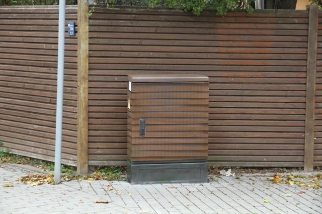 Brauner Querlatten Zaun passend zum Hintergrund