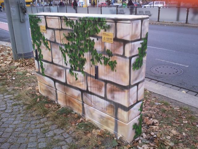 Mauerstück mit grünen Ranken versetzt