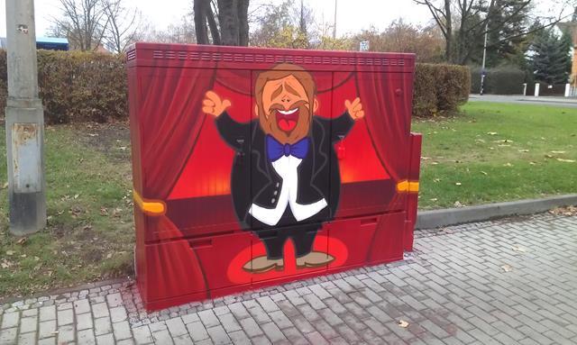 Vorderseite: Opernsänger auf roter Bühne