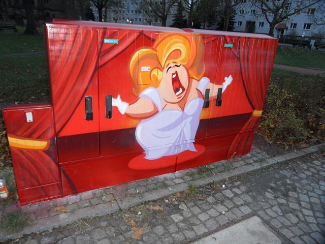 Vorderseite: Blondhaarige Opernsängerin auf roter Bühne